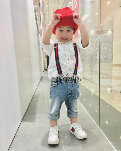 Mỗi khi đi chơi, cậu bé thường được bố mẹ cho diện những món đồ siêu chất. Quần jeans, sneakers, áo sơ mi, mũ lưỡi trai... là những phụ kiện thường xuyên được Xoài chưng diện.