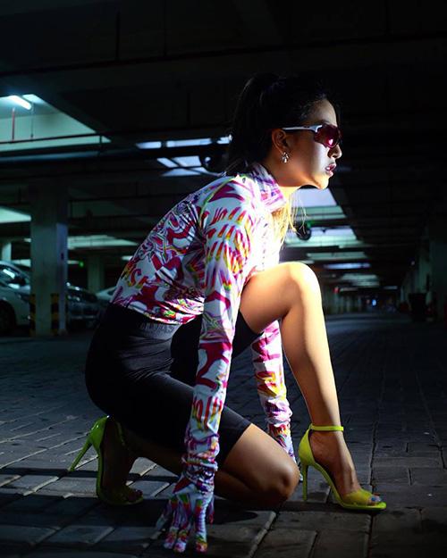 ... Quỳnh Anh Shyn lại diện cả cây đồ bó sát chuẩn phòng gym cùng sandals quai ngang điệu đà, tạo dáng như đang chuẩn bị chạy đua.