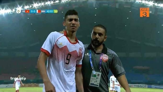 <p> Trong trận đối đầu Olympic Việt Nam - Olympic Bahrain tối 23/8, tiền đạo SanadAhmed đã không cầm được nước mắt vì nhận thẻ đỏ trực tiếp từ trọng tài người Trung Quốc,Zhang Lei.</p>