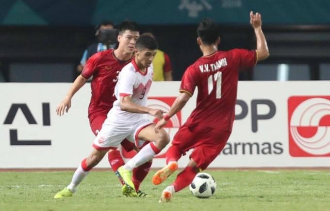<p> Cụ thể ở phút 42, Sanad có pha vào bóng bằng cả gầm giày với Văn Thanh. Pha phạm lỗi nguy hiểm khi đạp thẳng vào mắt cá chân khiến cầu thủ chạy cánh Việt Nam ngã xuống. Đây là tình huống đáng tiếc với Ahmed bởi Bahrain đang tấn công và bóng ở mãi bên phần sân Olympic Việt Nam. Nếu là một cầu thủ kinh nghiệm hơn, có lẽ đã không xảy ra một tình huống phạm lỗi như vậy.</p>