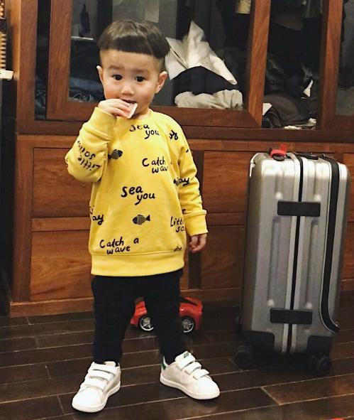 Style đáng yêu hết phần thiên hạ của cậu nhóc cũng khiến người lớn thán phục bởi tài mix & match tinh tế.