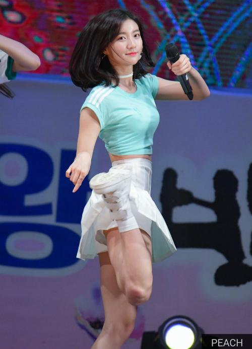 Binnie cũng từng là người mẫu nhí dưới sự quản lý của YG Entertainment, trước khi đầu quân cho WM Entertainment và debut năm 2015 trong nhóm Oh My Girl.