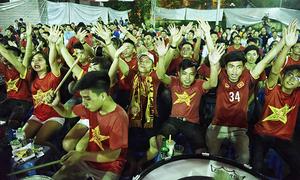 Fan 'dậy sóng' ăn mừng chiến thắng của Olympic Việt Nam