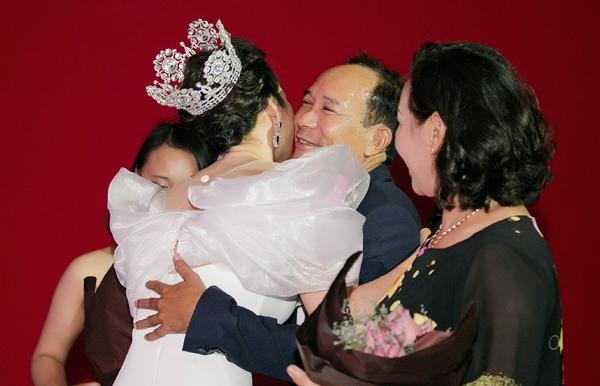 Ngọc Diễm ôm bố mẹ dành lời cảm ơn bằng cái ôm ấm áp.
