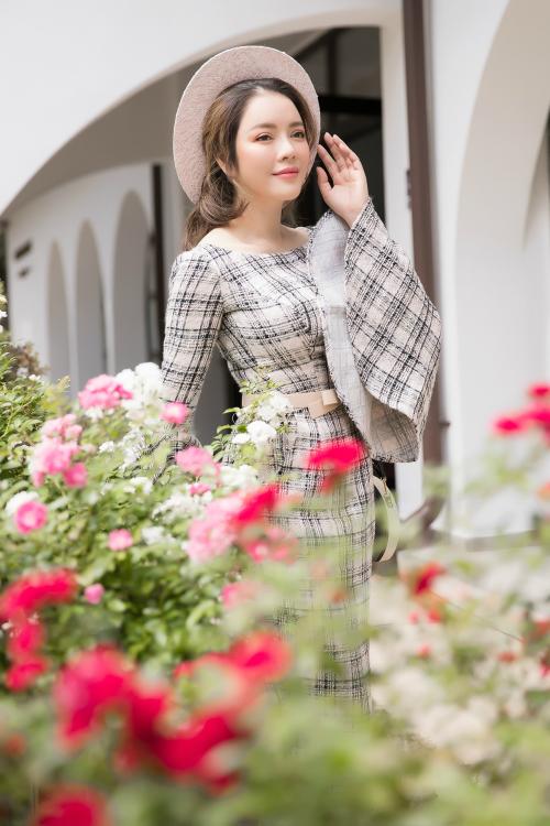 Phong cách thời trang tinh tế và lốiứng xử chu đáo của người đẹp Việt ghi điểm trong mắt giới lãnh đạo Rumani.