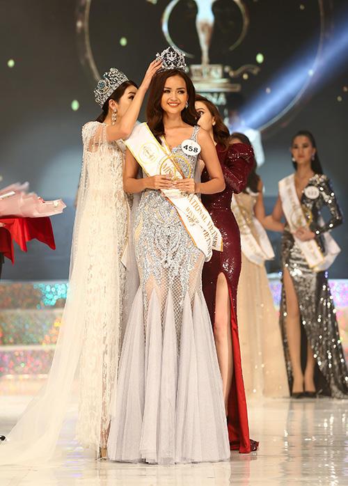 Miss Supranational 2017 Jenny Kim trao vương miện cho Ngọc Châu.