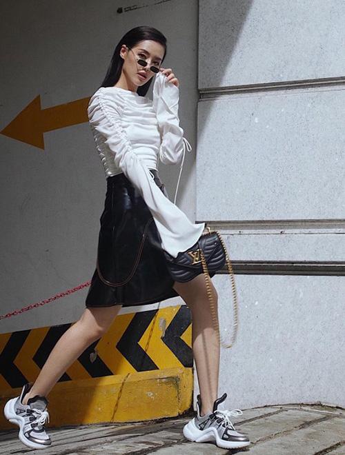 Hàng loạt người đẹp Việt rủ nhau mix những bộ váy sang chảnh chỉ dành để đi tiệc cùng những đôi thể thao mang đậm cảm hứng ngổ ngáo đường phố, tạo nên tổng thể đối lập đầy thú vị.