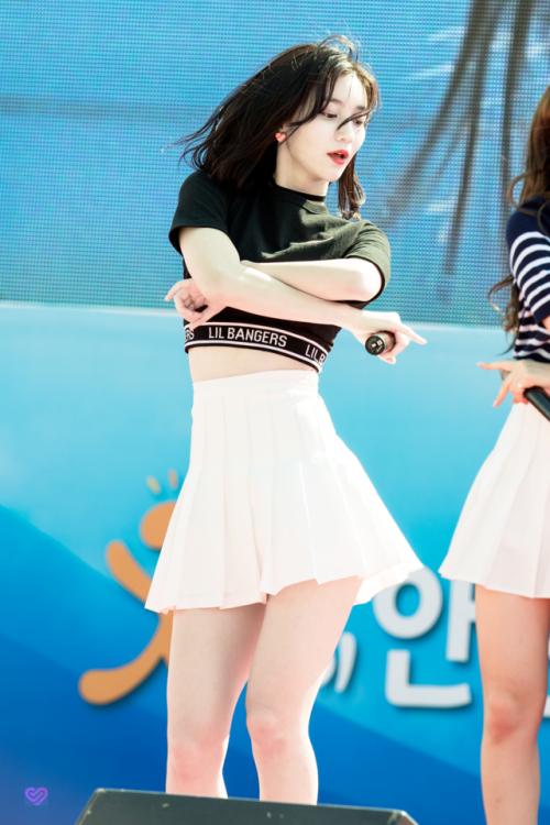 Nhờ số đo vòng eo và hông thuộc hàng cực phẩm, Binnie được netizen Hàn dự đoán là sắp sửa soán ngôi Yoon Ah để trở thành nữ hoàng X-line thế hệ mới.