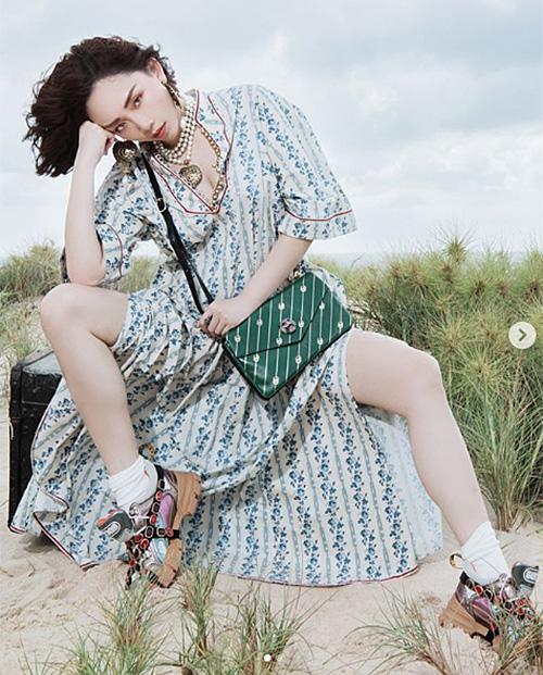Mix váy áo nữ tính bay bổng cùng sneakers khỏe khoắn vốn không phải là xu hướng dễ chiều, chỉ những nàng thực sự cao tay trong việc chọn kiểu dáng, họa tiết cho ăn ý mới có thể chinh phục.