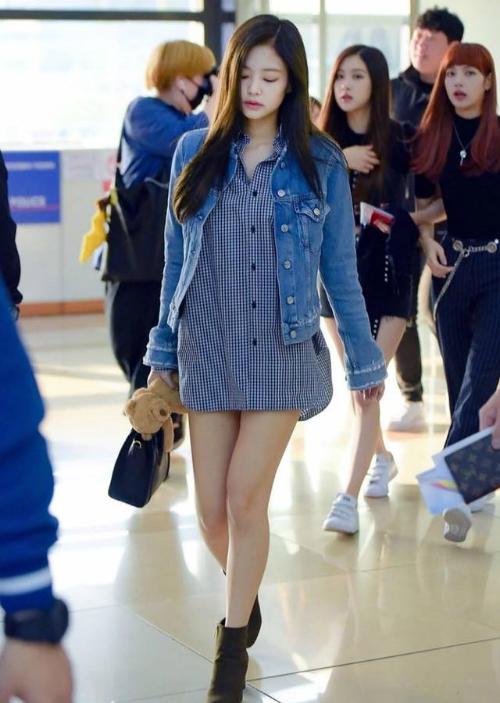 Jennie cũng yêu thích style giấu quần gợi cảm, khoe đôi chân thon nhỏ.
