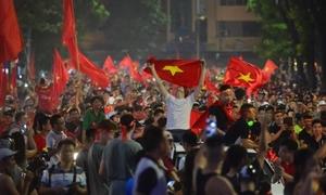 CĐV đốt pháo, 'đi bão' sau chiến thắng của Olympic Việt Nam