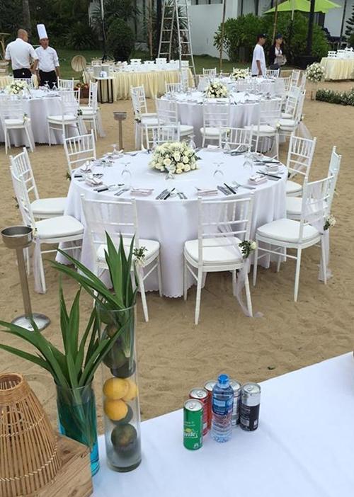 Bàn tiệc được trang trí với gam màu trắng chủ đạo.