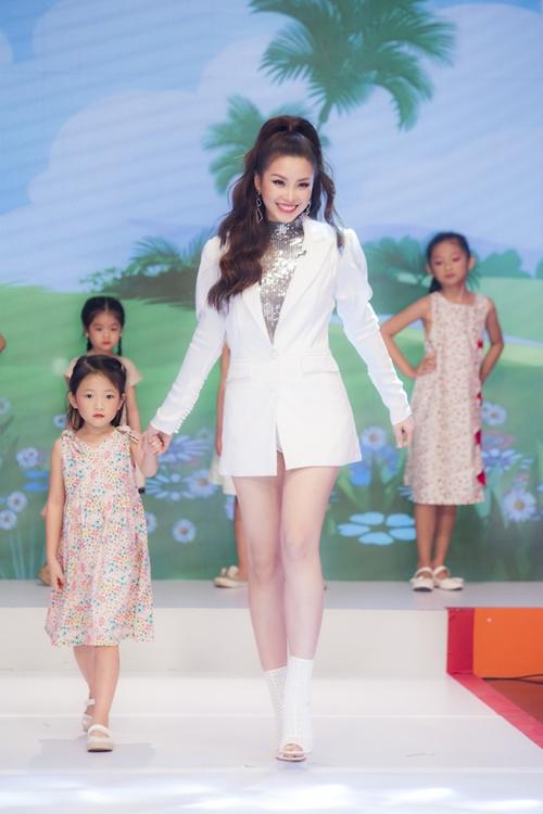 Diễm Trang chia sẻ: Trang rất thích tham gia các chương trình về trẻ con, vì các bé thì có những suy nghĩ rất ngây thơ, trong sáng và những biểu cảm rất đáng yêu. Trang có con gái hơn một tuổi nên Trang càng yêu trẻ con nhiều hơn.