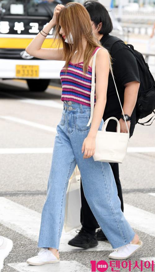 Na Yeon mặc quần rách vô duyên, Jennie gây sốc vì đồ hàng hiệu - 1