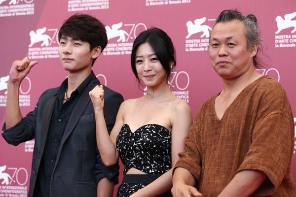 Đạo diễn Kim Duk Ki (phải) cùng hai diễn viên của mình.