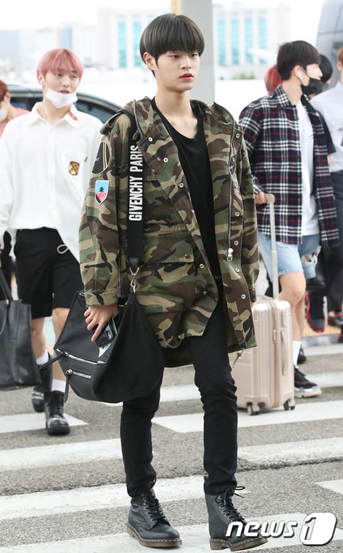 Wanna One lộ rõ vẻ mệt mỏi khi liên tục phải bay vì lịch concert. Lee Dae Wee mặt đồ sai mùa, áo khoác ấm áp như khi vào đông.