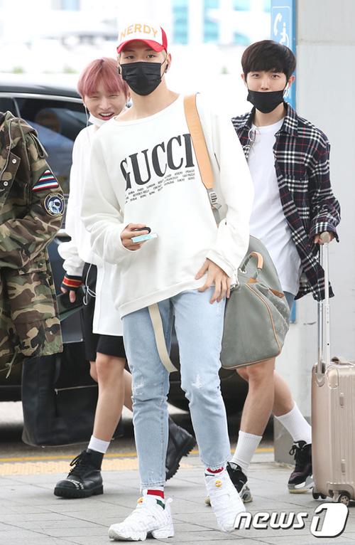 Center quốc dân Kang Daniel chứng tỏ độ chịu chơi với áo Gucci, túi LV và giày thể thao hầm hố.
