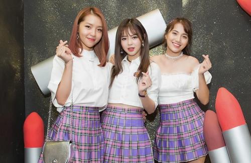 Nhóm LIME diện style như nữ sinh Hàn Quốc.