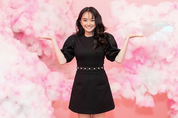 Diễn viên Kaity Nguyễn nhí nhảnh đến chúc mừng đàn chị khi vừa đóng máy bộ phim Hồn papa, da con gái.