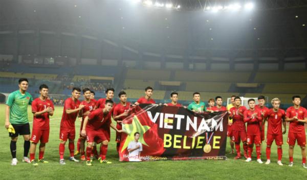 Các cầu thủ Việt Nam cùng nhau chụp ảnh sau trận đấu.