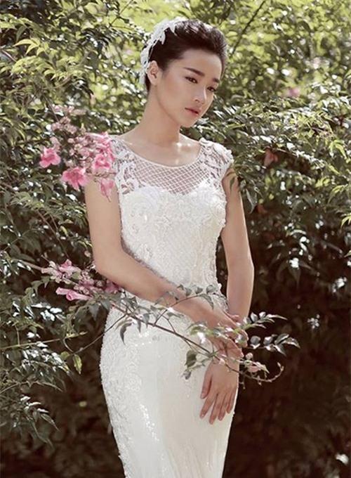 Trang phục ôm dáng giúp Nhã Phương khoe đường cong, đồng thời thân hình cũng mảnh mai, quyến rũ hơn.