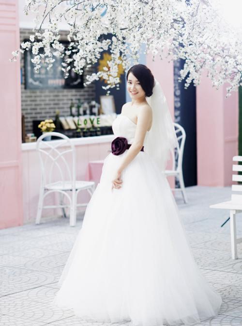 Tuy nhiên, vì có thân hình không quá cao ráo với gương mặt đầy đặn, Nhã Phương không phù hợp với những thiết kế váy cưới bồng xòe quá nhiều lớp, khiến vóc dáng của cô trông tròn trịa hơn.