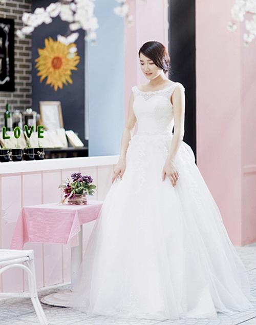 Vẻ đẹp mong manh của Nhã Phương rất hợp với các kiểu váy cưới cổ tròn, không tay tậm chất cổ điển.