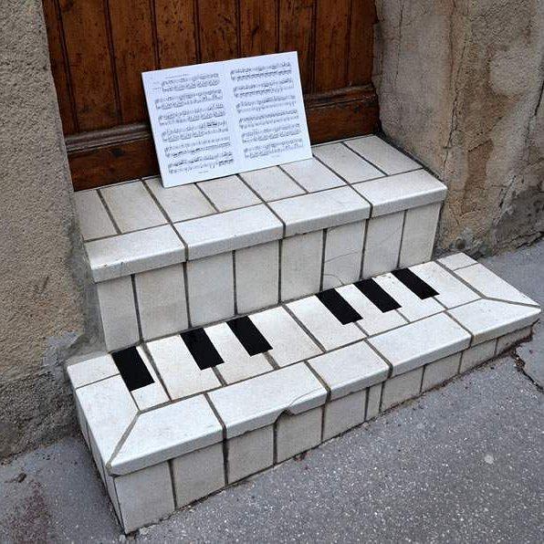 Giờ mới biết, thềm nhà không chỉ có tác dụng ngồi, mà còn có thể làm đàn piano.