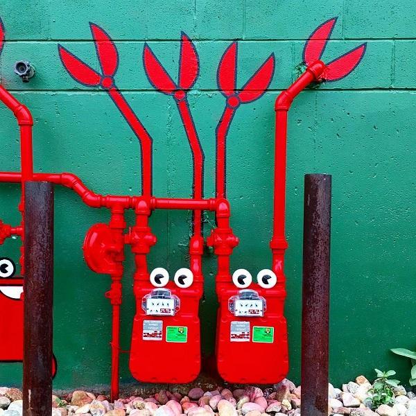 Những ống bơm nước cứu hỏa qua đôi bàn tay tài hoa của các nghệ sĩ đường phố trở nên sống động trong hình hài của những chú cua càng đỏ.