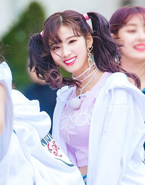 Sana nổi tiếng là cô nàng cân được mọi màu tóc hoặc tạo hình khác nhau.