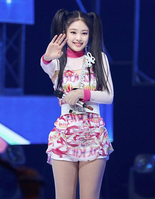 Jennie từng nói rằng sẽ không để kiểu tóc 2 bên lên sân khấu vì khuôn mặt quá non. Nhiều người bất ngờ khi thành viên Black Pink xuất hiện trên sân khấu tháng 6 với tạo hình cute.