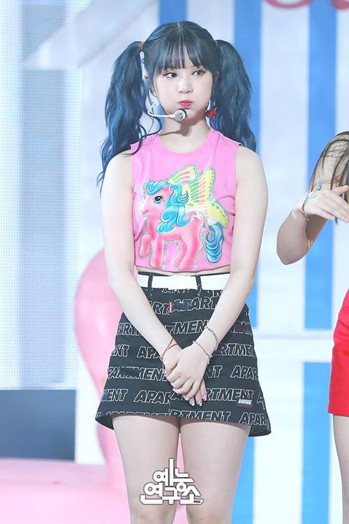 G-Friend cũng tham gia vào trận chiến comeback mùa hè. Nhóm thường mặc những trang phục màu sắc, người thích hợp nhất với kiểu tóc 2 bên là Eun Ha - cô nàng có khuôn mặt bánh bao.