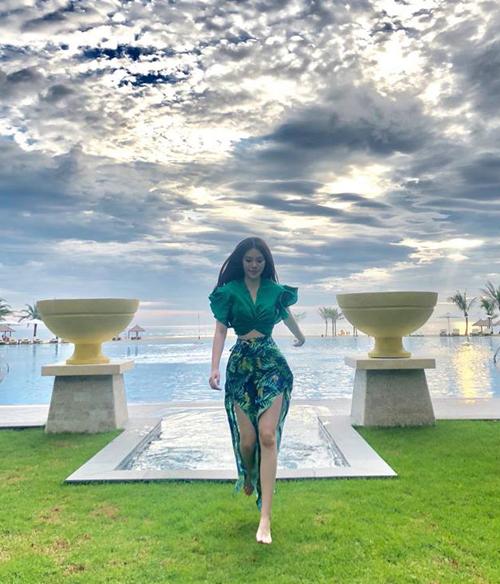 Jolie Nguyễn tung tăng trong khu resort 5 sao, khoe vòng eo siêu nhỏ nhắn.