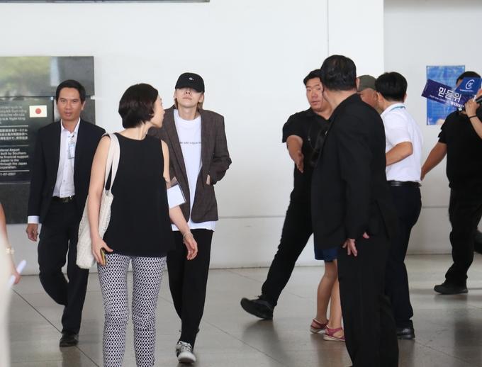 <p> Winner đáp chuyến bay xuống sân bay Tân Sơn Nhất trưa nay. Có mặt tại khu vực này có hàng trăm fan xếp hàng để chào đón. Họ mang theo băng rôn, poster để chào đón thần tượng.</p>