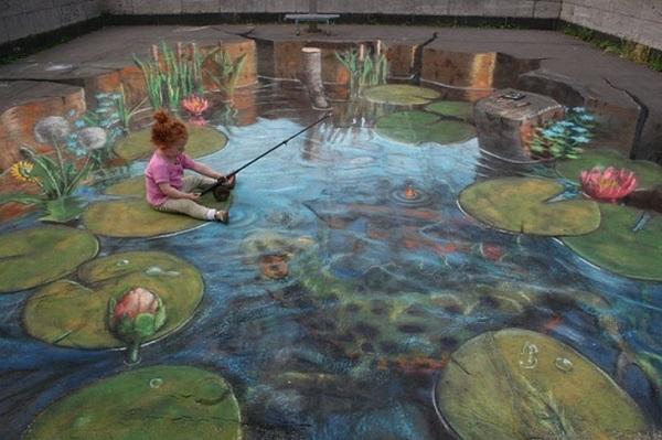 Hội họa 3D đường phố đã trở thành trào lưu phổ biến những năm gần đây và được nhiều người ủng hộ nhiệt liệt. Trong hình là một cô bé đang ngồi trên đường, giả vờ câu cá khi nhìn thấy bức tranh 3D khổng lồ vẽ trên mặt đường.
