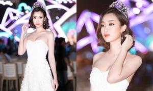 Đỗ Mỹ Linh đẹp yêu kiều với tóc ngắn trên thảm đỏ Hoa hậu Việt Nam