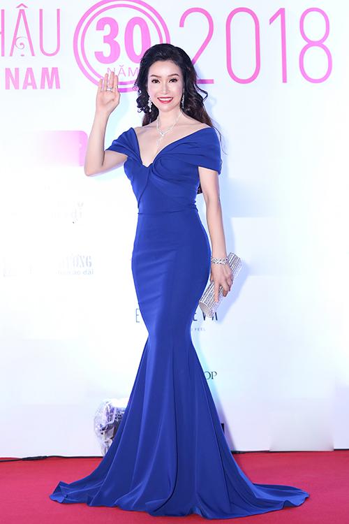 Hoa hậu Việt Nam 1996 Thiên Nga xuất hiện với bộ đầm dạ hội
