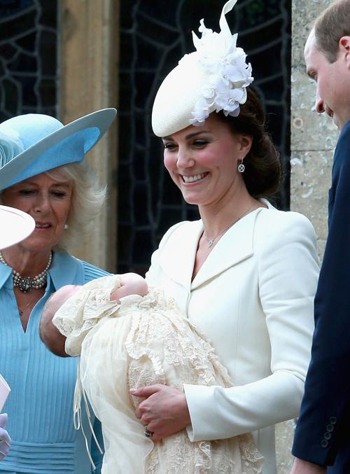 Tại Lễ Rửa Tội của Charlotte, hai mẹ con tỏa sáng trong sắc trắng và kem tinh khôi.