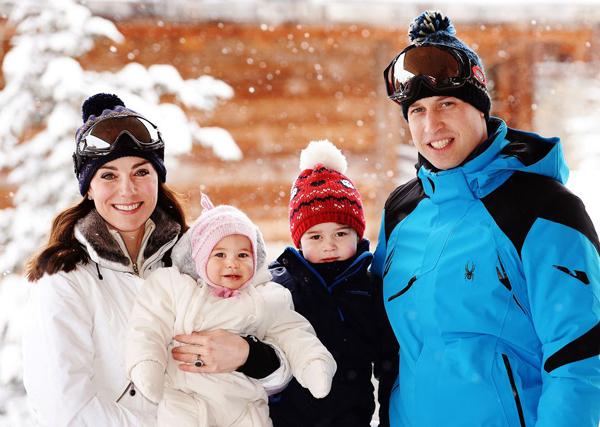 Trong kì nghỉ trượt tuyết của cả gia đình trên dãy Alps, cả 2 đều chọn lựa áo phao dày màu trắng.