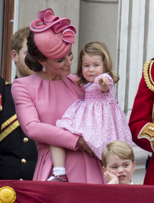 Tại sự kiện Trooping The Colour năm 2017, hai mẹ con trông thật nổi bật trong sắc hồng baby rạng rỡ.