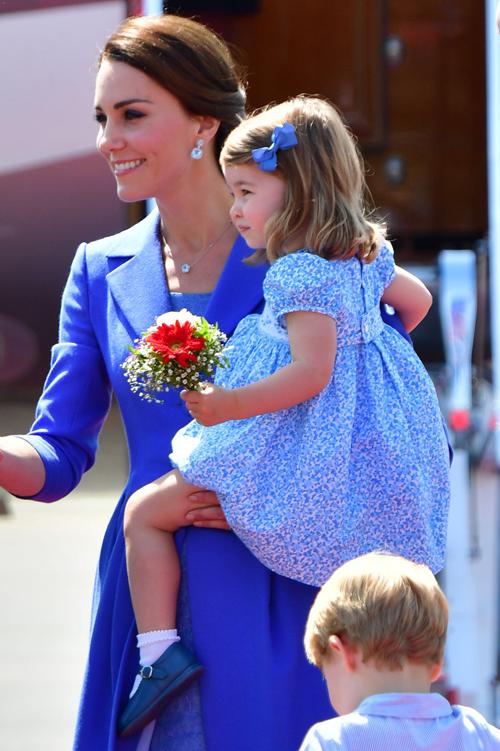 Kiểu dáng tương tự với lần trước, nhưng công chúa  công nương trông dịu dàng hơn trong sắc xanh mát mắt tại sân bay Berlin tháng 07/2017.