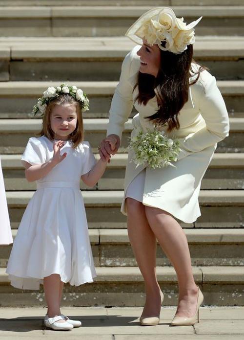 Trong đám cưới của Hoàng Tử Harry và Meghan Markle, Kate và Charlotte là cặp đôi hoàn hảo trong màu trắng. Vòng hoa trên đầu công chúa và chiếc mũ lệch của công nương càng khiến hai người nổi bật hơn khi đứng cạnh nhau.