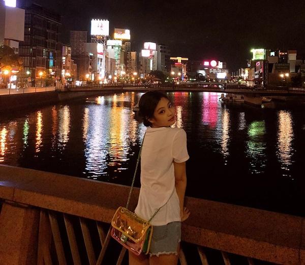 Jennie mặc giản dị đi dạo phố đêm, tô điểm bằng chiếc túi trong suốt đang là hot trend.