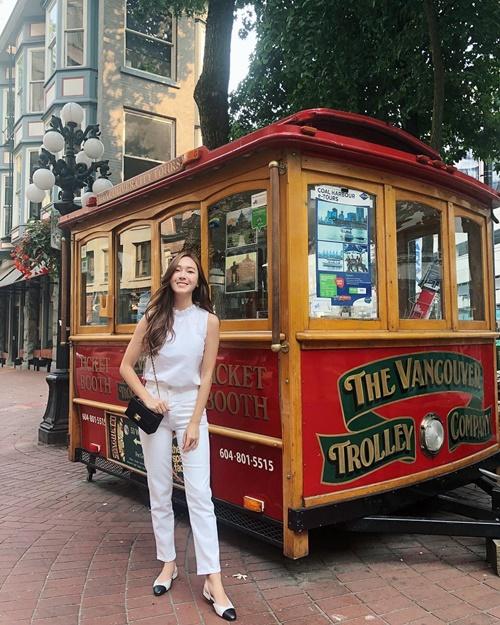 Jessica mix đồ trắng với túi đen, giày đồng điệu, khoe vẻ thanh lịch trên đường phố Vancouver.
