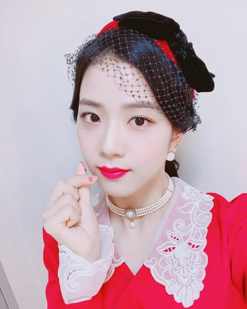 Ji Soo thể hiện nét đẹp cổ điển mà không kém phần cuốn hút nhờ tông đỏ nổi bật.