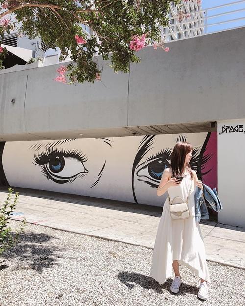 Kim So Hyun chụp street style đẹp như mẫu lookbook.