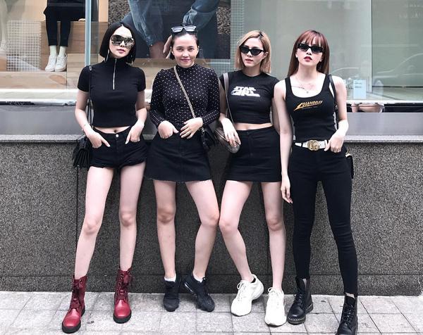 Bức ảnh khoe street style của bốn chị em nhà Thiều Bảo Trâm đang nhận được nhiều chú ý. Đây là một trong những lần hiếm hoi cả bốn nàng tiên tụ hội trong một khung hình. Nhiều bình luận khen ngợi gia đình này gồm toàn mỹ nhân, vừa xinh đẹp, chân dài lại có phong cách sành điệu chẳng khác gì fashionista. Từ trái qua là chị ba Thiều Bảo Trang, chị cả Thiều Khánh Điệp, chị hai Thiều Anh Đào và em út Thiều Bảo Trâm.