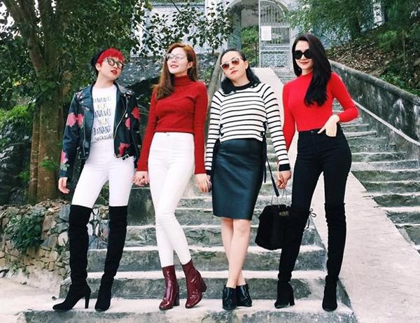 Xứng danh là các fashionista, cả bốn chị em luôn chọn style rất đồng điệu, ăn ý khi đi chơi cùng nhau. Đó có thể là sự tương đồng về kiểu dáng hoặc màu sắc trang phục, tuy nhiên vẫn toát lên nét cá tính ăn mặc của từng người.