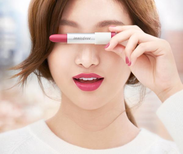 Dù là dòng son bình dân nhưngInnisfree Real Fit Lipstick vẫn được đánh giá cao vì có bảng màu đẹp, phong phú, phù hợp với các teen girl. Thỏi son này có chất lì mịn, khi tô lên môi khá mướt, giữ được màu trong khoảng 4 tiếng.