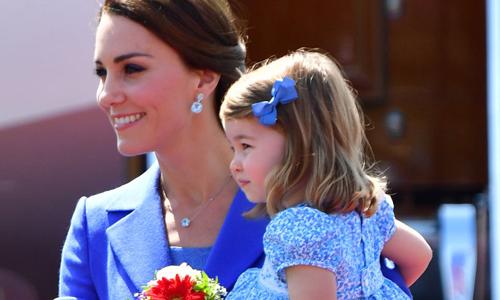 Đồ đôi 'yêu hết cỡ' của Công nương Kate và công chúa Charlotte